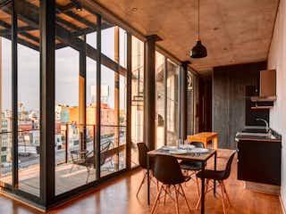 Una sala de estar llena de muebles y una ventana en Yukon 1