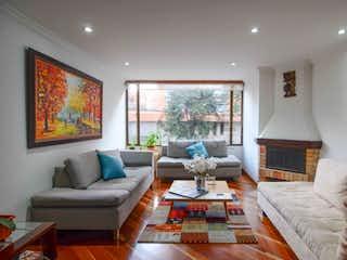Una sala de estar llena de muebles y una televisión de pantalla plana en Apartamento en venta en Santa Bárbara Occidental, de 123mtrs2