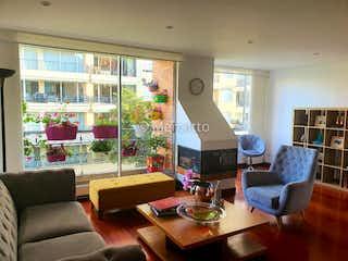 Una sala de estar llena de muebles y una gran ventana en Apartamento en venta en La Calleja de 3 habitaciones