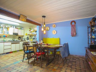 Una cocina con una mesa y sillas en ella en Casa en venta en Teusaquillo de 6 habitaciones