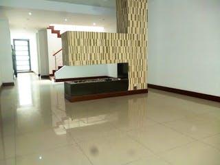 Un banco blanco sentado en medio de una habitación en Casa en venta en Santa Cecilia de 4 habitaciones