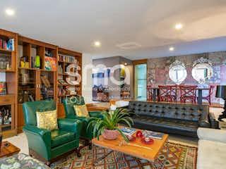 Una sala de estar llena de muebles y una chimenea en Monterrey