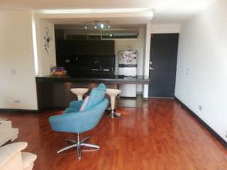 Una sala de estar llena de muebles y un suelo de madera dura en Apartamento en venta en Loma de los Bernal de dos habitaciones