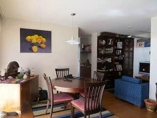 Una sala de estar llena de muebles y una televisión de pantalla plana en Apartamento en venta en Barrio Colina Campestre, de 94mtrs2