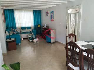 Una sala de estar llena de muebles y una ventana en Unidad Residencial Loyola