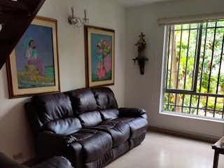Una sala de estar llena de muebles y una ventana en Casa en venta en Alcalá de 218mts