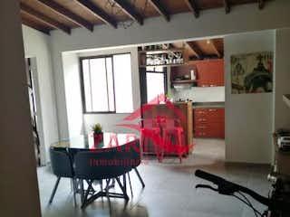 Una sala de estar llena de muebles y una gran ventana en Apartamento en venta en Conquistadores, 58mt