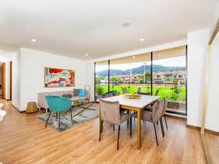 Una sala de estar llena de muebles y una gran ventana en Acqua ET2