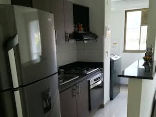 Una cocina con nevera y fregadero en Apartamento en venta en Niquía de tres alcobas