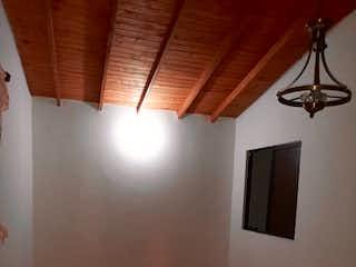 Una habitación con una cama y un ventilador de techo en Apartamento en venta en La América, 117mt con balcon