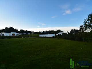 Una vista de un campo con un edificio en el fondo en Lote en venta en Acuarela, de 1223mtrs2