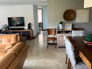 Una sala de estar llena de muebles y una televisión de pantalla plana en Apartamento en venta en Zúñiga de tres habitaciones