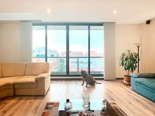 Un gato sentado en un sofá en una sala de estar en Apartamento en venta en La Carolina de 3 habitaciones