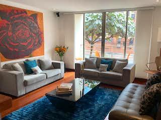 Una sala de estar llena de muebles y una gran ventana en Apartamento en venta en Santa Ana Occidental de 3 habitaciones