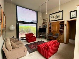 Una sala de estar llena de muebles y una televisión de pantalla plana en Casa en venta en La Calleja de 3 habitaciones