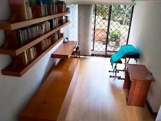 Una sala de estar con suelos de madera y suelos de madera en SAN LUCAS DE LA SERRANIA