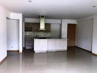 Un cuarto de baño con lavabo y un espejo en Apartamento en venta en Loma de Las Brujas, de 135mtrs2