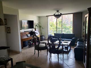 Una sala de estar llena de muebles y una televisión de pantalla plana en Apartamento en venta en Los Balsos de tres alcobas