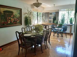 Un comedor con una mesa y sillas en Apartamento en venta en Zúñiga de tres alcobas