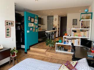 Una sala de estar llena de muebles y una televisión de pantalla plana en Apartamento en venta en Chicó Navarra de una habitacion