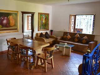 Una sala de estar llena de muebles y una televisión de pantalla plana en Finca en venta en San Juan de 1150mts
