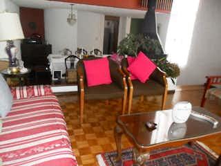 Una sala de estar llena de muebles y una mesa en Casa  En Bogota Contador  cuenta con 4 habitaciones y dos baños