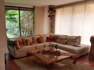 Una sala de estar llena de muebles y una ventana en Casa En Venta En Bogota San Jose De Bavaria, con cuatro alcobas con baño.