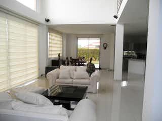 Una sala de estar llena de muebles y una ventana en Casa En El Abra, Cota, 3 alcobas, 400m2.