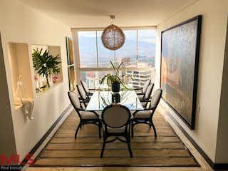 Una sala de estar llena de muebles y una gran ventana en Spiga