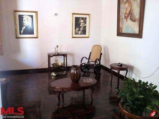 Una sala de estar con una mesa y sillas en Casa en venta en Asturias de 280mts