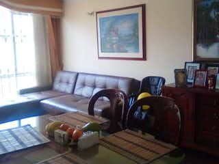 Una sala de estar llena de muebles y un estante de libros en Apartamento en venta en Valladolid de tres habitaciones