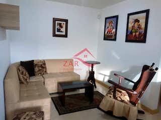 Una sala de estar llena de muebles y una pintura en Apartamento en venta en San Jose de tres habitaciones