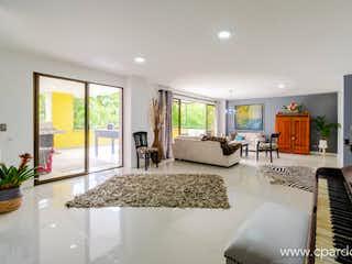 Una sala de estar llena de muebles y una gran ventana en Apartamento en venta en La Tomatera, de 324mtrs2