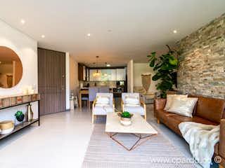 Una sala de estar llena de muebles y una mesa en Apartamento en venta en Loma de Benedictinos, de 133mtrs2