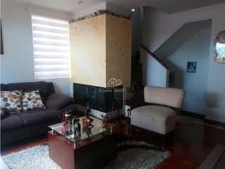 Una sala de estar llena de muebles y una televisión de pantalla plana en Casa en venta en San Antonio Norte de 4 habitaciones