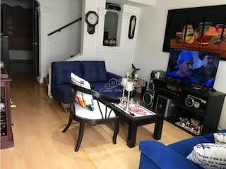 Una sala de estar llena de muebles y una televisión de pantalla plana en Casa en venta en Lijacá de 95mts, tres niveles