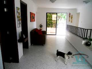 Un perro blanco y negro sentado en una sala de estar en Casa en venta en La Villa de 211mts