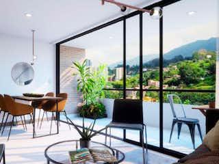 Una sala de estar llena de muebles y una gran ventana en Tierra Grata Camino Verde