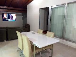 Una sala de estar llena de muebles y una televisión de pantalla plana en Casa ubicada en La Castellana de 210mts