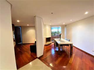 Una sala de estar llena de muebles y pisos de madera dura en Apartamento en venta en Usaquén de 145m2