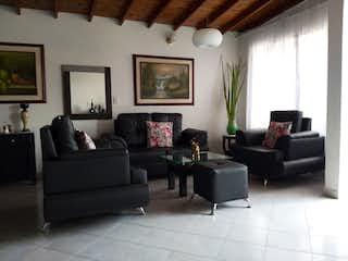 Una sala de estar llena de muebles y una televisión de pantalla plana en Casa en venta en El Carmelo de 87mts