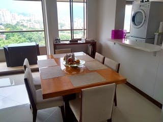 Una cocina con una mesa y una ventana en Apartamento en venta en El Campestre de dos alcobas