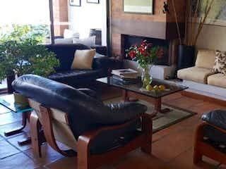 Una sala de estar llena de muebles y una chimenea en Casa en venta en Alto de Las Palmas Indiana de 500mts