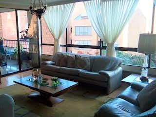 Una sala de estar llena de muebles y una ventana en  Ed. Palmichal