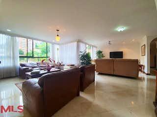 Una sala de estar llena de muebles y una gran ventana en Casa Loma