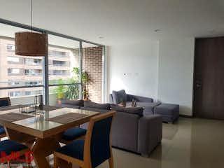 Una sala de estar llena de muebles y una ventana en Reserva del Rio