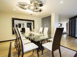 Una sala de estar llena de muebles y una gran ventana en Apartamento en venta en Casa Blanca Suba de 4 habitaciones