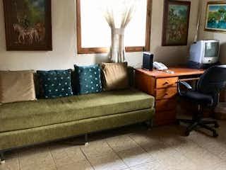 Una sala de estar llena de muebles y una ventana en Casa en venta en La Aldea de 300mts