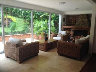 Una sala de estar llena de muebles y una ventana en Casa en venta en Las Lomas de 380mts