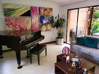 Una sala de estar llena de muebles y una planta en maceta en Casa en venta en Los Balsos de 217mts